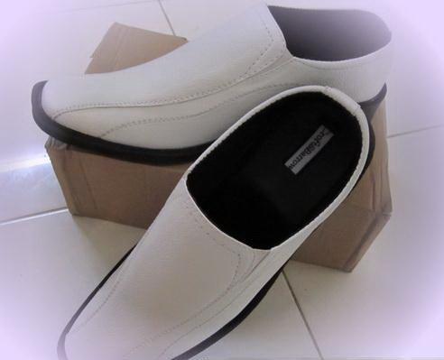 Sepatu pantofel bisa digunakan untuk : pergi ke kantor, acara kondangan, jalan2, wisuda, atau acara formil lainnya.  Model Up to Date dan gak ketinggalan jaman.  Terbuat dari : Kulit Sintetis Jahitan mesin, Bahannya Kuat, Ringan, & Mudah dibersihkan